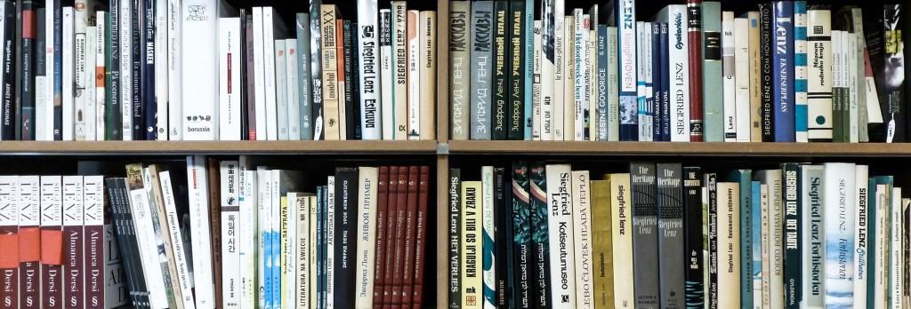 Bücherregal mit übersetzten Werken von Siegfried Lenz