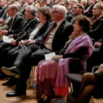 Olaf Scholz, Amos Oz, Ulla Lenz, Frank-Walter Steinmeier, Nily Oz, Barbara Kisseler (v. links)